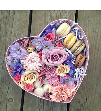 Коробочка в форме СЕРДЦА с Макарон и цветами (в ассортименте)