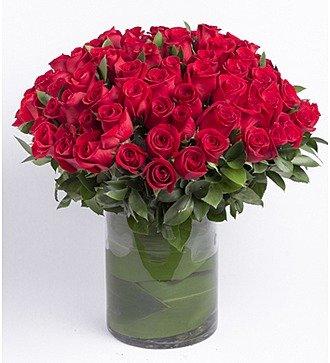 Букет из красных роз в вазе