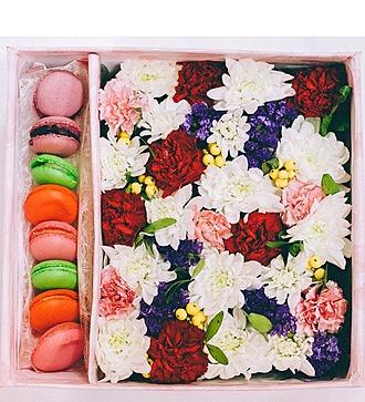 """Коробка с цветами и макарунами """"Сладкой девочке"""""""
