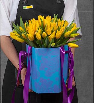 Композиция из желтых тюльпанов в вазе