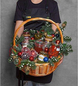 """Подарочная корзина """"Старинный рецепт оливье"""""""