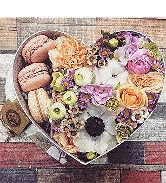 Коробка с цветами Здесь живет любовь