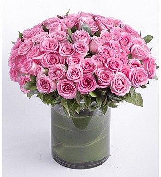 Букет из розовых роз в вазе