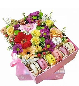 """Коробка с цветами и макурунами """"Морской бриз"""" """""""