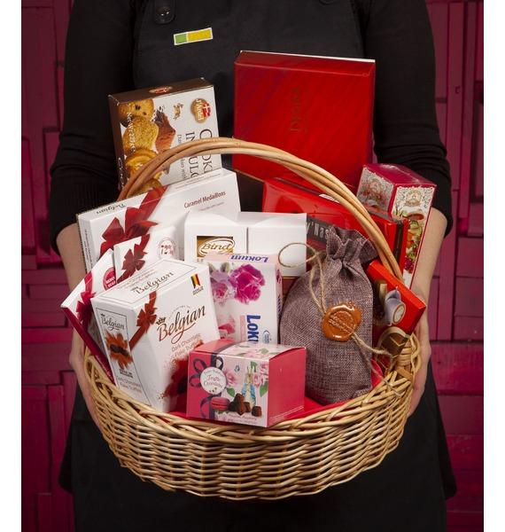 презент от айболита подарочная корзина с фруктами и сладостями Подарочная корзина Счастье и сладости